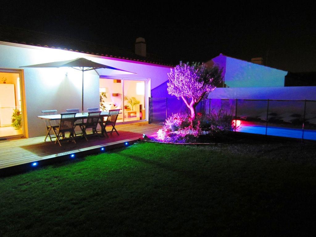 Idee Eclairage Terrasse Piscine décorer son jardin avec du ruban led : est-ce une bonne idée