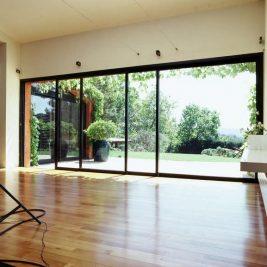 Installez des baies vitrées pour plus de lumière et d'esthétisme