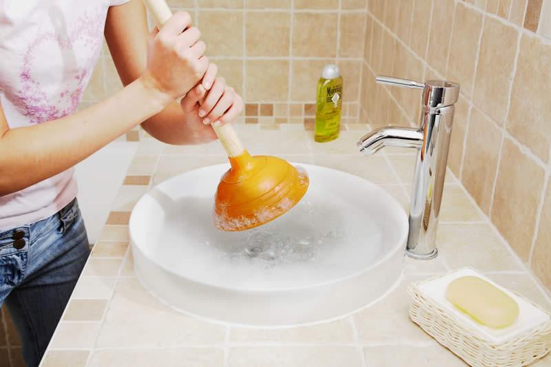 Évier ou lavabo qui déborde : que faire ?
